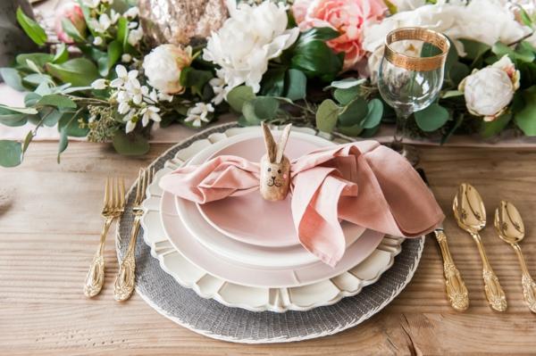 Tischdeko zu Ostern Ostertisch Tisch eindecken Serviettenringe Holz Hase