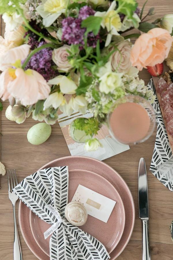 Tischdeko zu Ostern Ostertisch dekorieren Blumen als Mittelpunkt