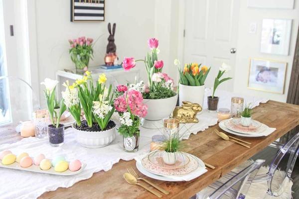Tischdeko zu Ostern Ostertisch dekorieren Frühlingsblumen Pastellfarben
