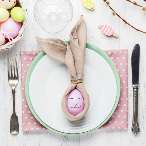 Tischdeko zu Ostern Ostertisch dekorieren Servietten falten Hase