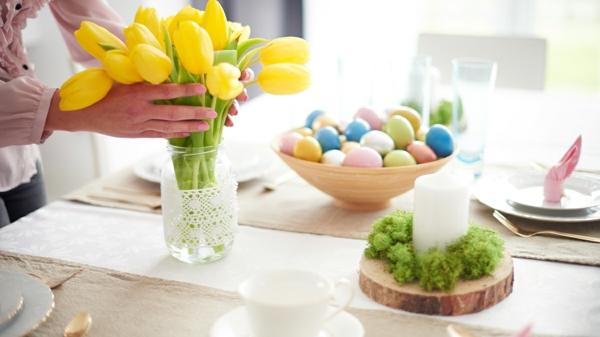 Tischdeko zu Ostern Ostertisch dekorieren gelbe Tulpen