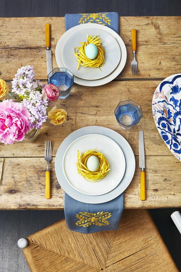 Tischdeko zu Ostern Ostertisch dekorieren rustikale Akzente
