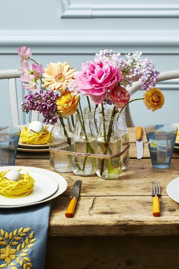 Tischdeko zu Ostern Ostertisch dekorieren rustikale Akzente Blumen