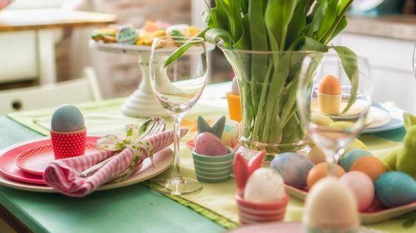 Tischdeko zu Ostern Ostertisch eindecken Ostereier