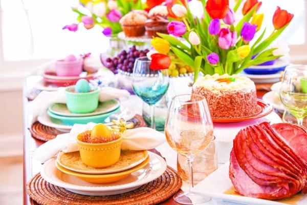 Tischdeko zu Ostern Ostertisch eindecken farbiges Geschirr