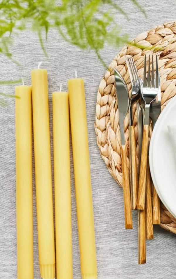 Tischdeko zu Ostern Tisch eindecken Kerzen