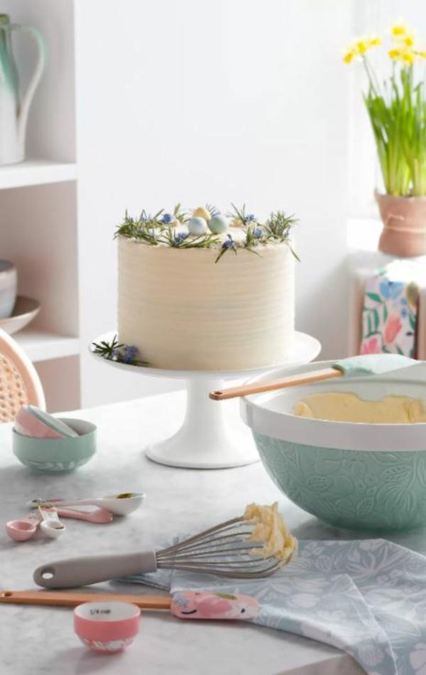 Tischdeko zu Ostern Tisch eindecken Osterkuchen