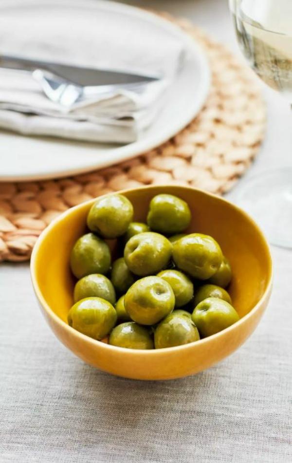 Tischdeko zu Ostern Tisch eindecken Schale Oliven