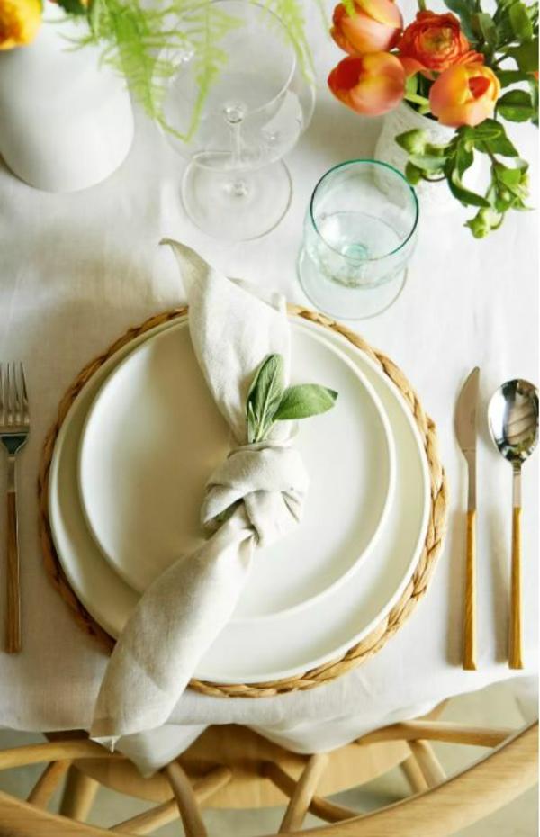 Tischdeko zu Ostern Tisch eindecken Servietten falten