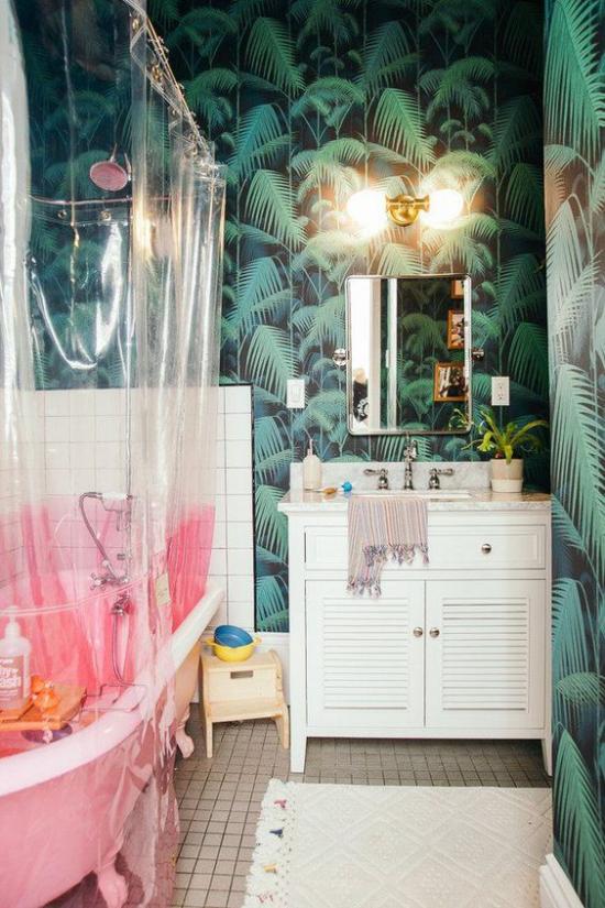 Tropische Deko im Bad Exotik pur Wanne Badvorhang Beleuchtung Wandlampe Spiegel gemusterte Tapete
