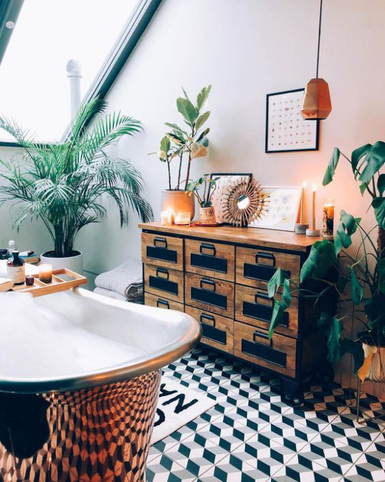 Tropische Deko im Bad Retro Badewanne in Messing Glanz Kommode aus Tropenholz viele grüne Topfpflanzen