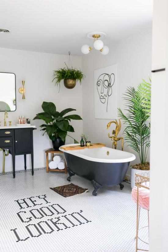 Tropische Deko im Bad Retro Stil freistehende Badewanne mit Löwenfüßen grüne Pflanzen Messing und Kupfer Akzente
