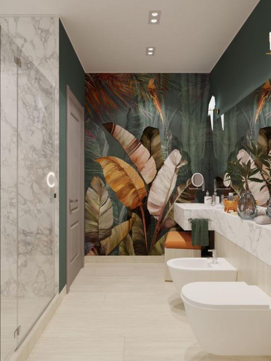 Tropische Deko im Bad Tapete exotische Blätter Naturfarben modernes Badezimmer weißer Marmor