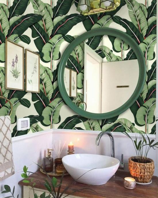 Tropische Deko im Bad Tapeten üppige Palmenblätter runder Spiegel Waschbecken Holz Bambus Korb