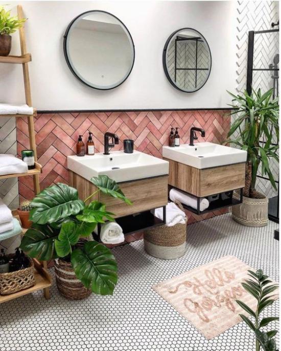 Tropische Deko im Bad ansprechendes Ambiente schöne grüne Topfpflanzen Spiegel Wasserhahn schwarz