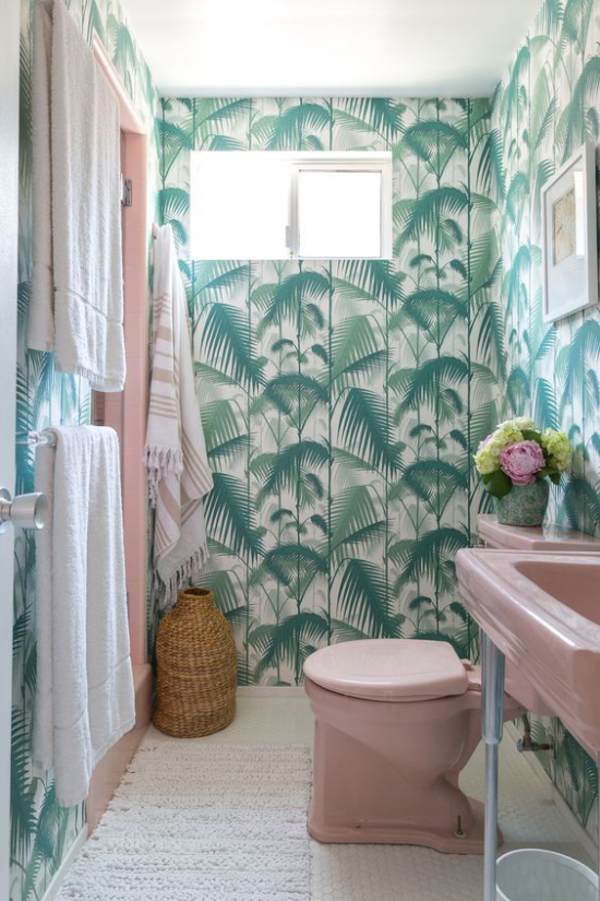 Tropische Deko im Bad exotische Tropenblätter Tapete viel Grün Waschtisch WC Tücher in Rosa gute Kombi Flechtkorb weißer Läufer