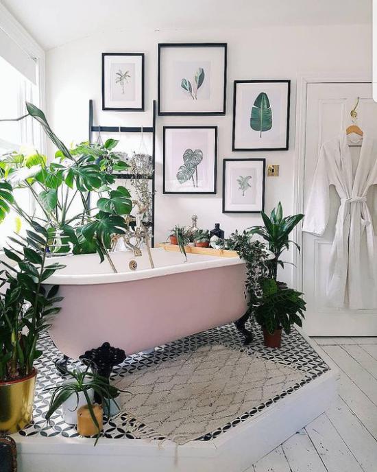 Tropische Deko im Bad freistehende Badewanne mit Löwenfüßen umgeben von grüßen Topfpflanzen Wanddeko Bilder große exotische Blätter
