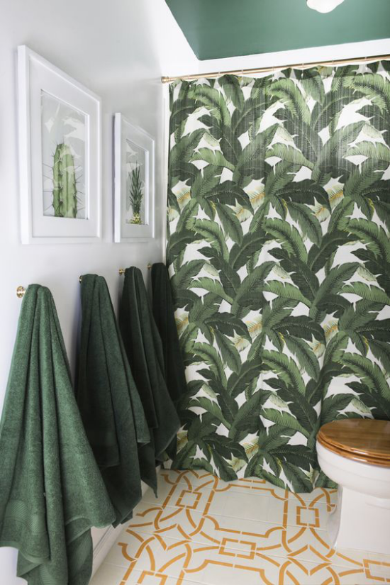 Tropische Deko im Bad grüne Badetücher grüne Tapete Blätter warme schokoladenbraune Akzente