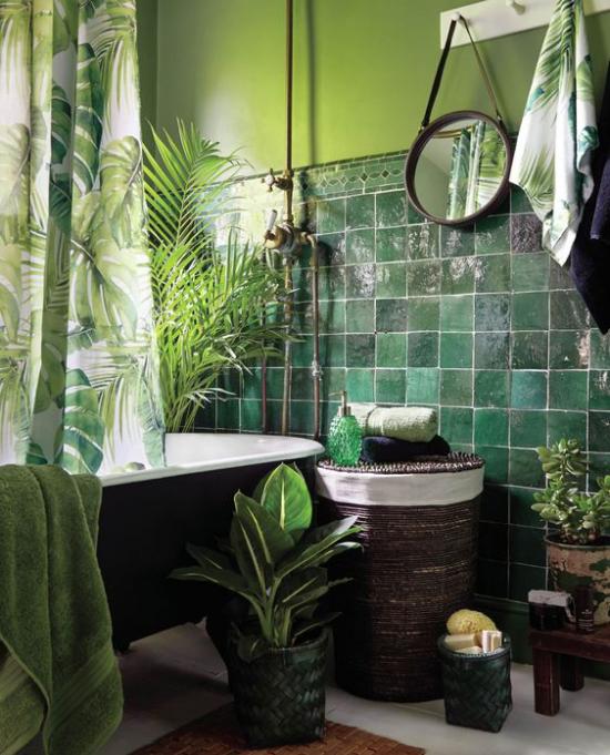 Tropische Deko im Bad grüne Fliesen Badewannen Zwergdattelpalme Geldbaum kleiner runder Wandspiegel Flechtkorb
