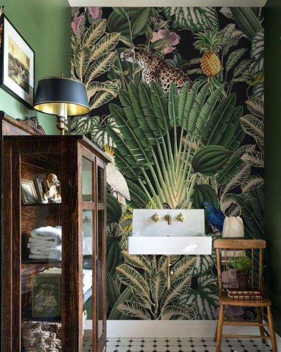 Tropische Deko im Bad hoher Schrank Lampe darauf exotische Tapete dunkle Farben