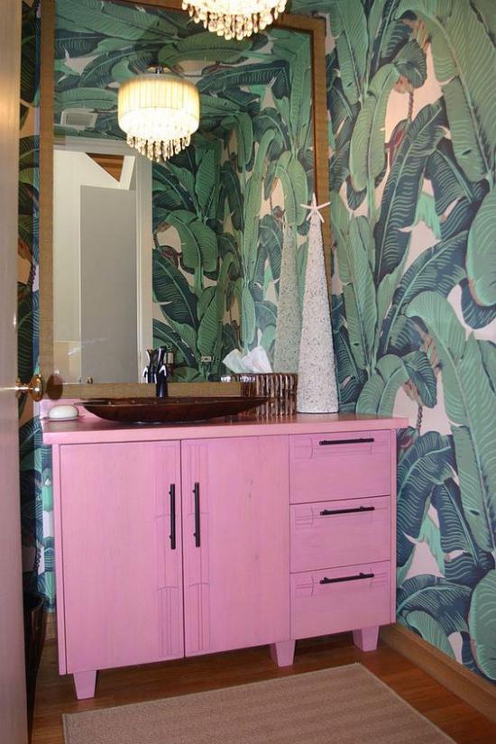 Tropische Deko im Bad rosa Schrank Wandtapeten exotische Muster Hängeleuchten passende Beleuchtung Spiegel