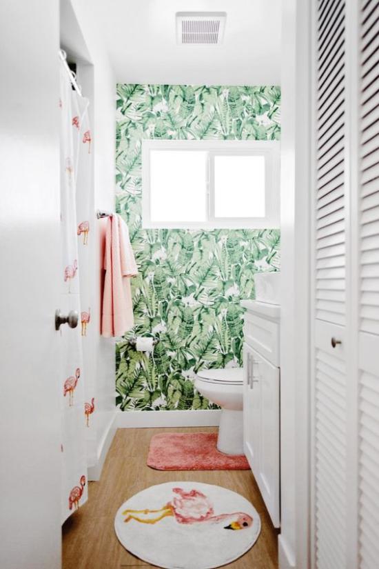 Tropische Deko im Bad schöne Raumgestaltung Wandtapeten grüne Blätter Badvorhang Muster rosa Flamingos