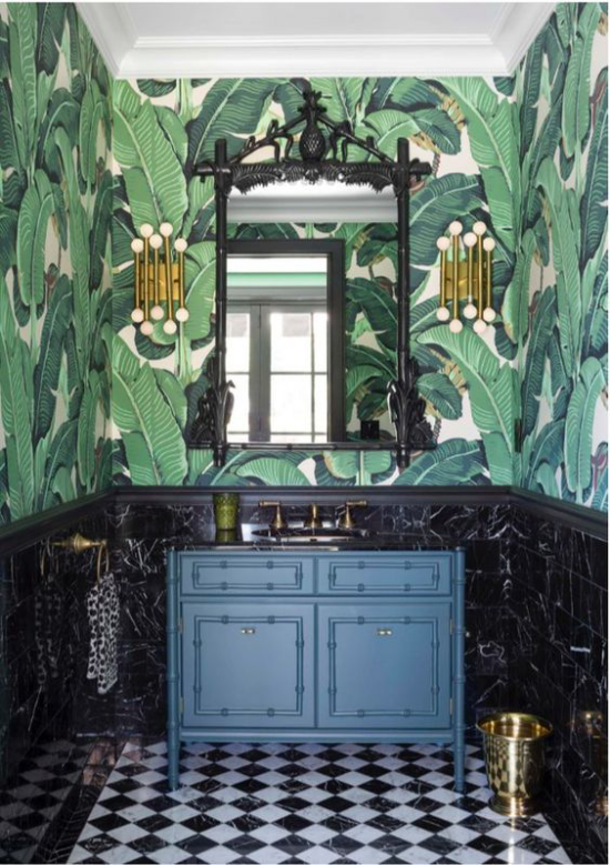Tropische Deko im Bad schöne Raumgestaltung Wandtapeten große exotische Blätter Waschtisch in Marineblau Messing Akzente