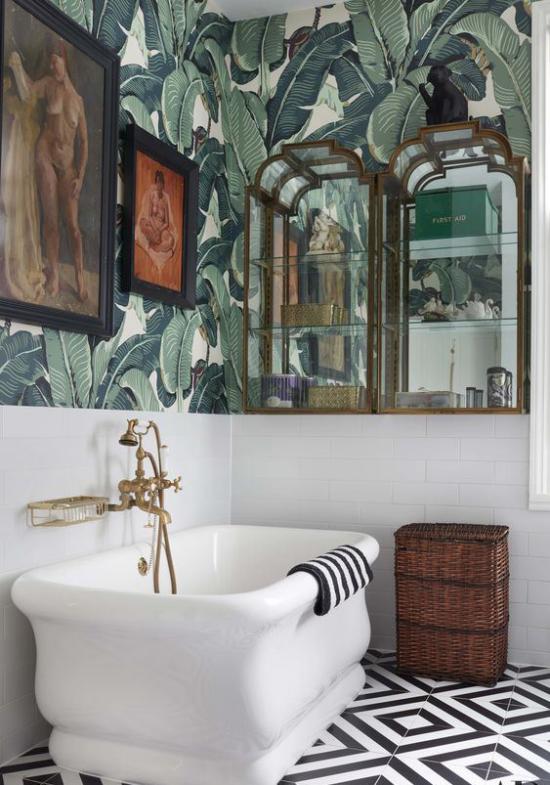 Tropische Deko im Bad weiße Badewanne Wandtapeten exotische Muster große grüne Blätter Bilder