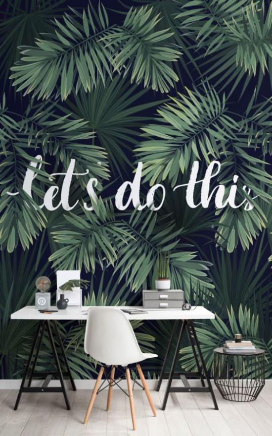 Tropische Deko im Home Office üppiges Grün auf Tapete Akzentwand einfache Büromöbel typische Atmosphäre für die Tropen