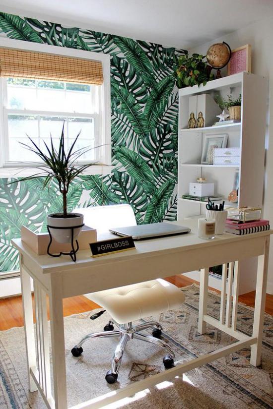 Tropische Deko im Home Office Akzentwand Fenster Schreibtisch Bürosessel Regal Topfpflanze heller Teppich