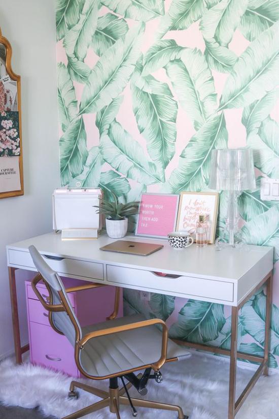 Tropische Deko im Home Office Akzentwand tropische Blätter Tapetenmuster sehr angenehme Raumatmosphäre