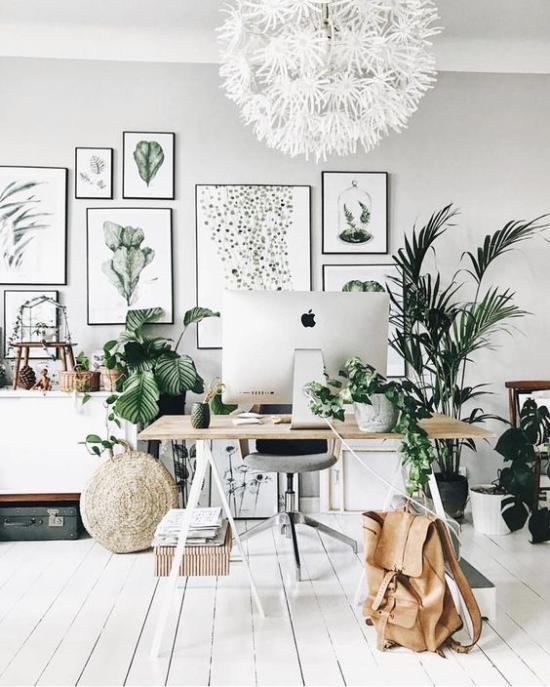 Tropische Deko im Home Office Grün und Weiß eine perfekte Farbkombi weiße Möbel Boden Hängelampe grüne Pflanzen Poster Rucksack aus hellbraunem Leder