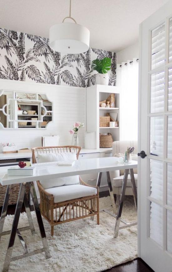 Tropische Deko im Home Office Naturmaterialien Flechtsessel Körbe aus Rattan Regalwand Tisch aus Holz weißer Teppich