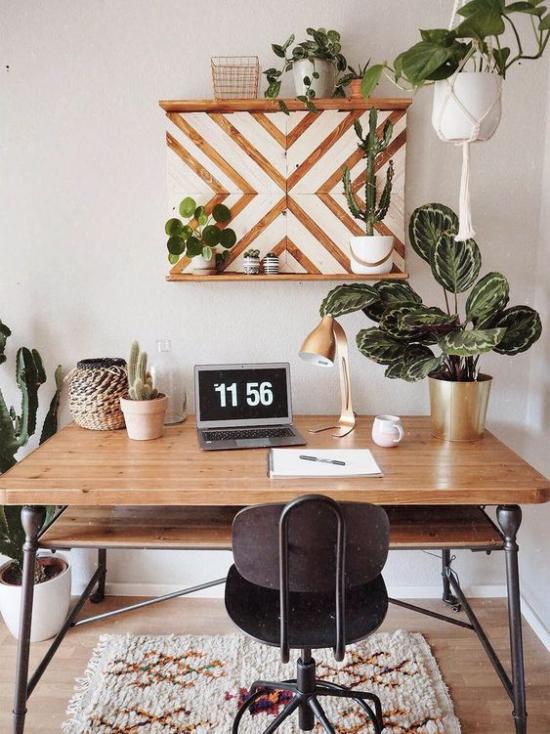 Tropische Deko im Home Office inspirierende Arbeitsatmosphäre Naturfarben Büromöbel aus Holz kleiner Teppich grüne Pflanzen