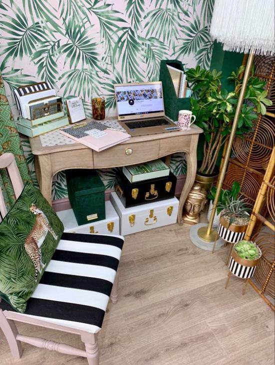 Tropische Deko im Home Office kleine Arbeitsecke Akzentwand grüne Topfpflanzen Messingfigur Goldakzente