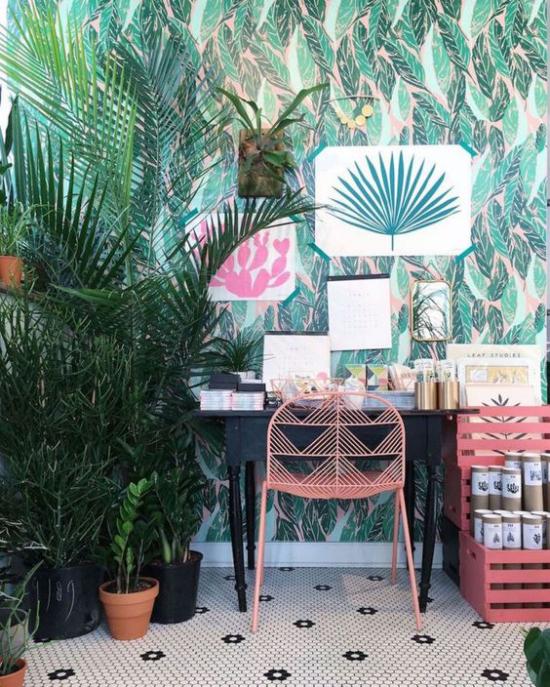 Tropische Deko im Home Office kleine Arbeitsecke viele üppige Grünpflanzen Akzentwand wie im Urlaub in den Tropen