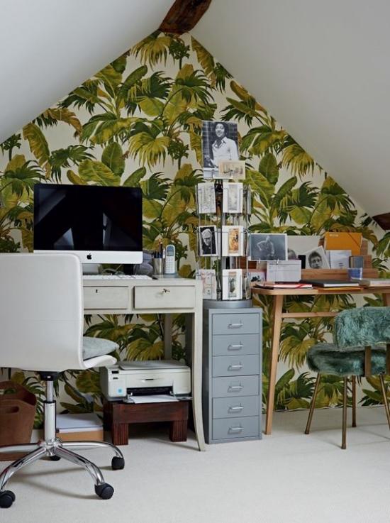 Tropische Deko im Home Office unter der Dachschräge Akzentwand einfache Büroeinrichtung