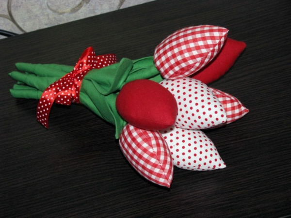 Wie kann man Tulpen basteln - Nähanleitung für DIY Tulpen aus Stoff Geschenkideen
