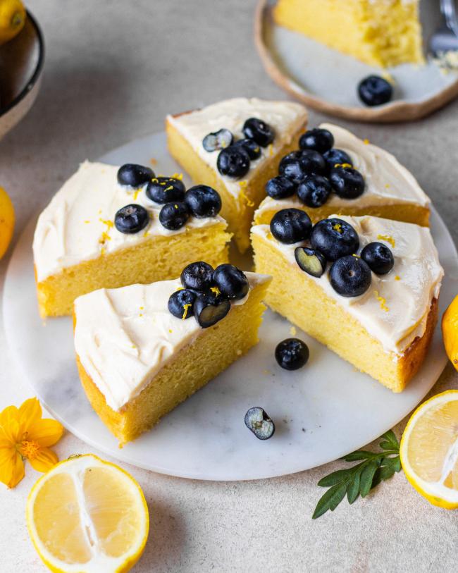 Zitronenkuchen backen zwei Rezepte mit Beeren verziert frisch im Geschmack attraktiv aussehend