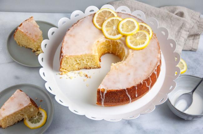 Zitronenkuchen backen zwei Rezepte runde Form Glasur mit Zitronenscheiben darauf