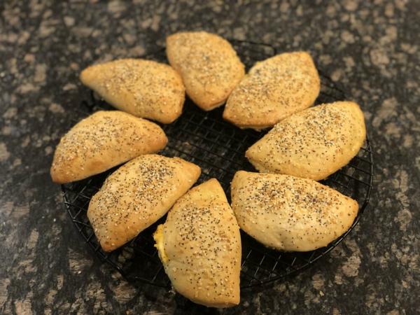 einfache Osterbrunch Rezepte Brötchen mit geröstetem Knoblauch und Salbei