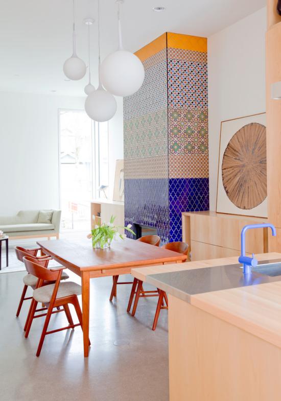 grauer Boden aus Beton bunte Fliesen an der Wand Küche Esszimmer viel Holz