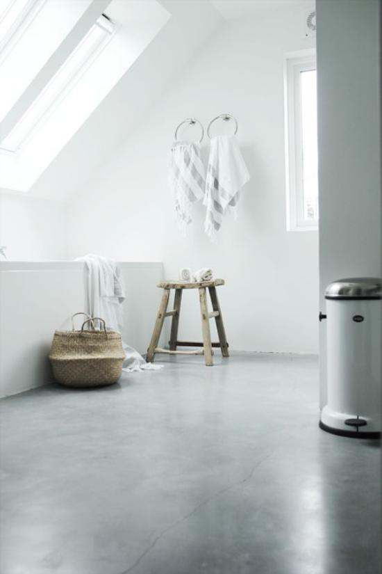 grauer Boden aus Beton minimalistisches Bad unter Dachschräge