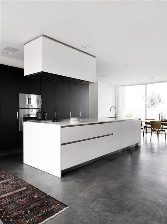grauer Boden cooler Look Betonboden moderne minimalistische Küche kleiner bunter Läufer