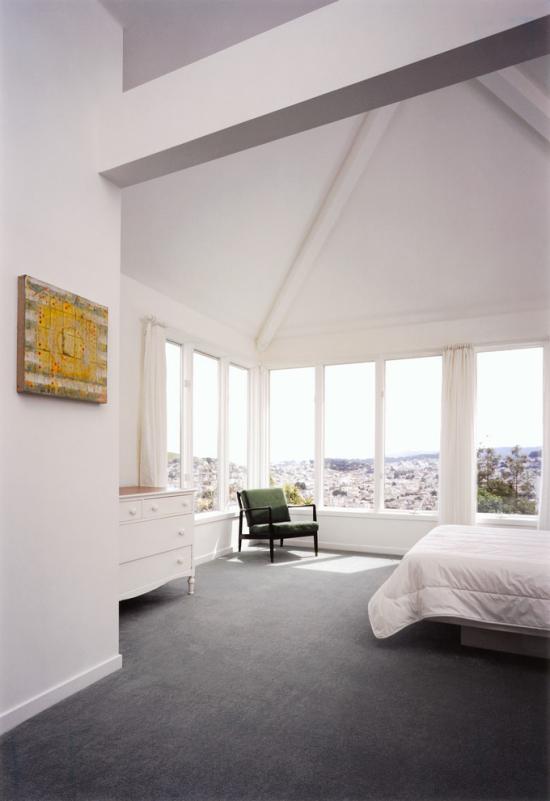 grauer Boden gemütliches Schlafzimmer hell sonnig weiße Fenster grauer Teppichboden