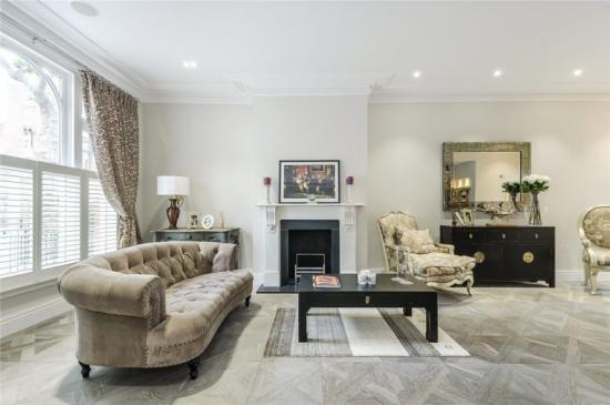 grauer Boden grauer Laminatboden geräumiges Wohnzimmer klassische Einrichtung