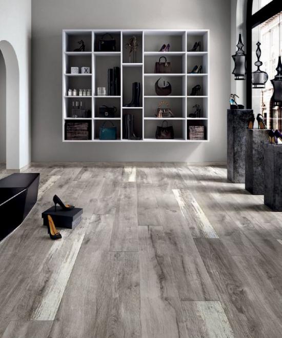grauer Boden minimalistischer Raum kaum Möbel viel Licht
