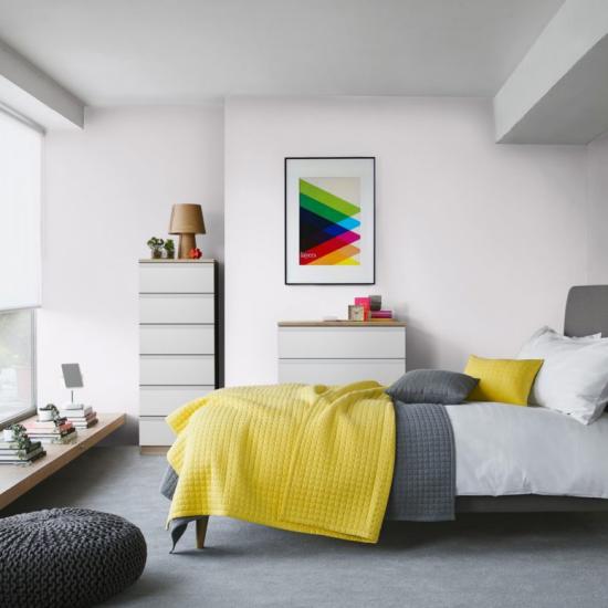 grauer Boden schickes Schlafzimmer hell gemütlich gelbe Akzente erfrischen das Interieur
