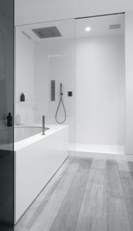 grauer Boden wasserresistentes Laminat im Bad sehr moderne minimalistische Badgestaltung Wanne Glaswände Dusche