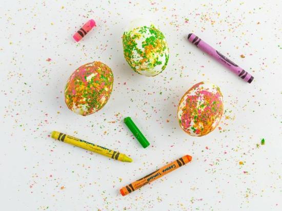 kreative ostereier färben mit wachskreide